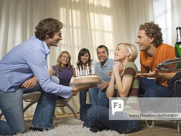 Sechs Freunde auf einer Geburtstagsfeier