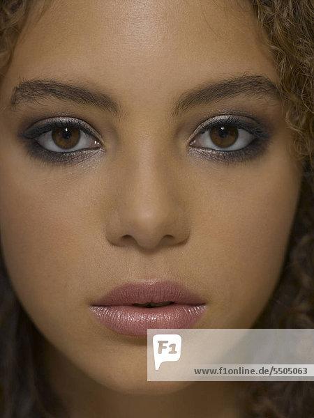 Junge Frau mit blauem Eyeliner