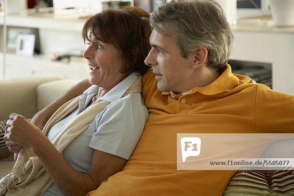 Älteres Paar albert auf dem Sofa