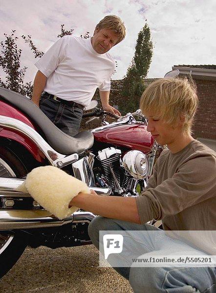 Vater und Sohn Leuchten Motorrad