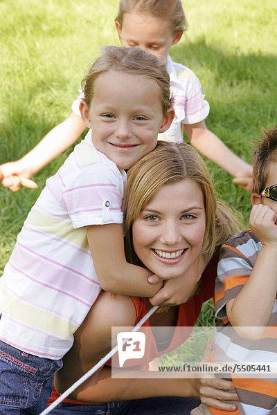 Ein junge Mutter mit ihren Kindern