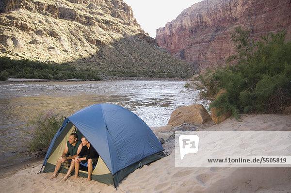 Paar im Zelt neben dem River  Colorado River  Moab  Utah  USA
