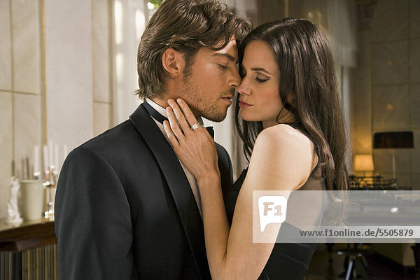 Verliebtes junges Paar in eleganter Kleidung