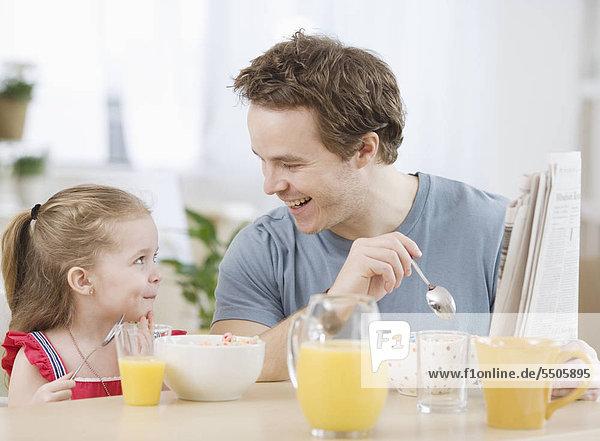 Menschlicher Vater Tochter essen essend isst Frühstück