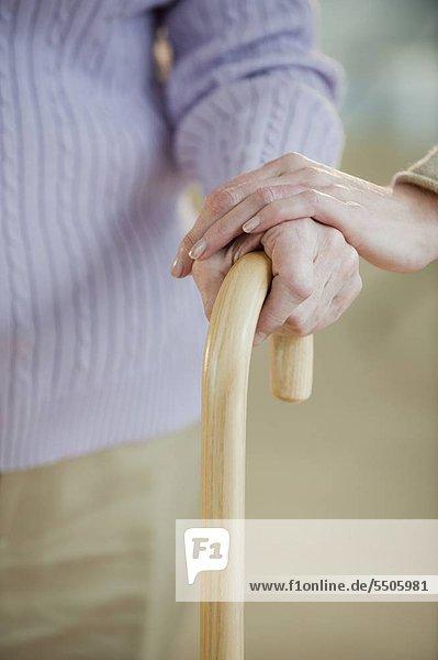 hoch oben nahe Senior Senioren Spazierstock Stock Frau halten