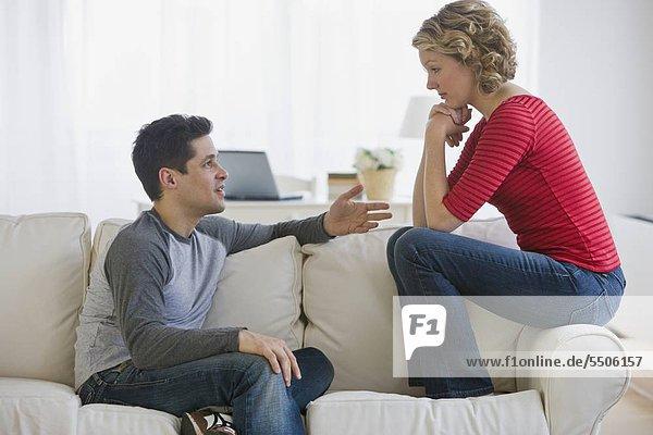 Paar sprechen auf sofa