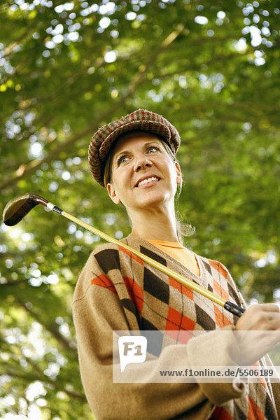 niedrig Frau halten reifer Erwachsene reife Erwachsene Ansicht Flachwinkelansicht Golfsport Golf Winkel Verein