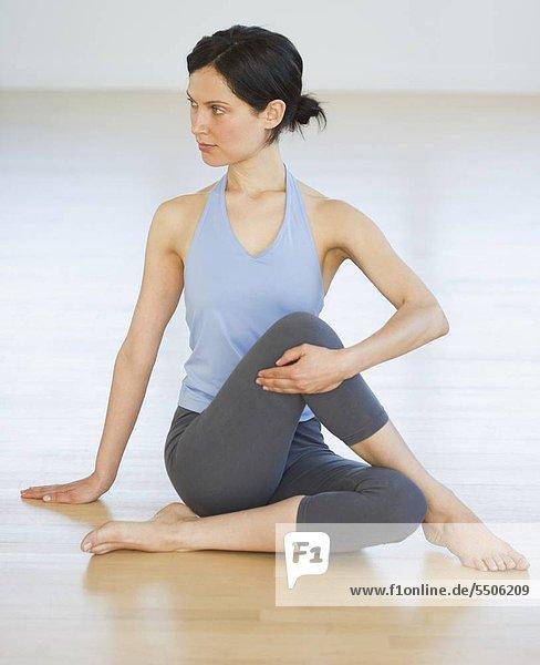 Frau macht eine Yogaübung im Freien