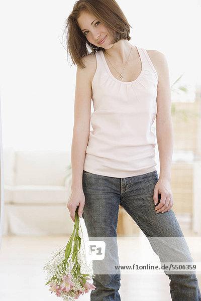 Frau hält einen Blumenstrauß