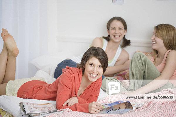 Teenage Mädchen lachend auf Bett