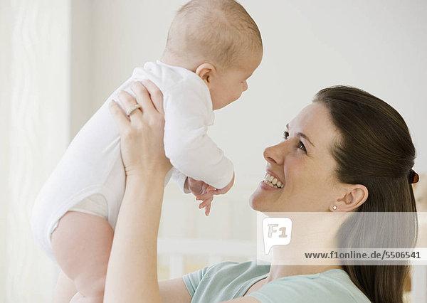 Mutter lächelnd an baby