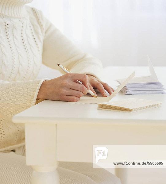 Frau schreiben Karten
