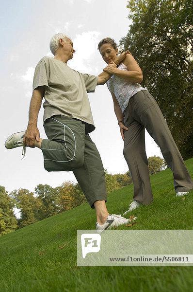 Ein Seniorenpaar beim Stretching