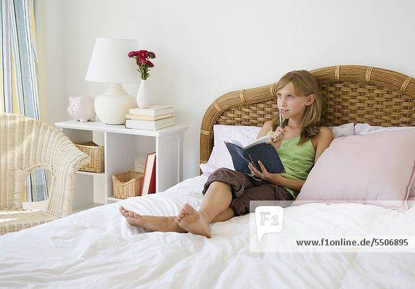 Junges Mädchen schreiben im journal