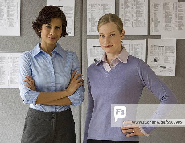 Zwei Geschäftsfrauen in office