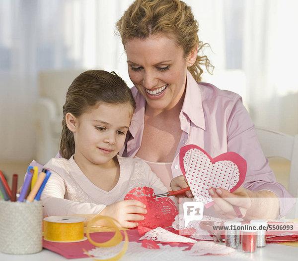 Mutter und Tochter Valentines machen