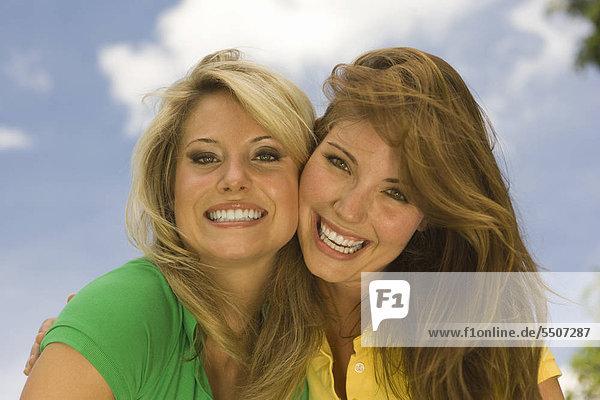 Zwei junge Frauen lächeln fröhlich