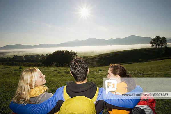 Drei Freunde auf Bergwanderung