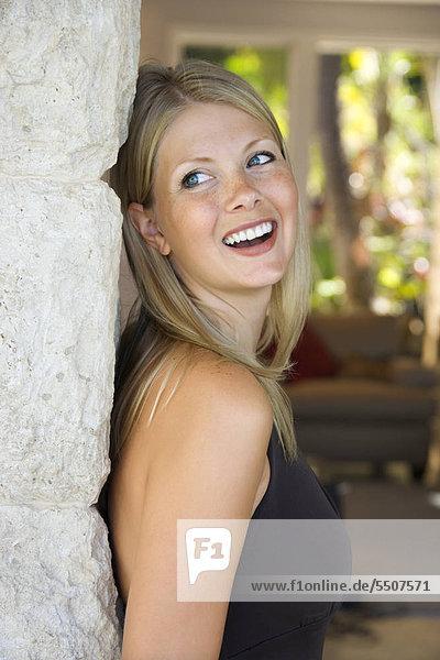 Caucasian erwachsen frau Blick über die Schulter lächelnd Mitte.