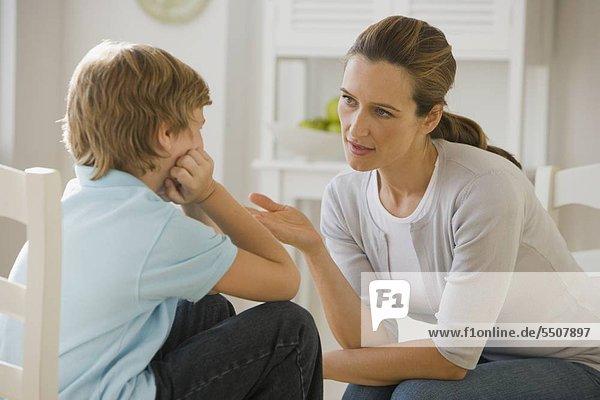 Mutter Diskussion mit Sohn