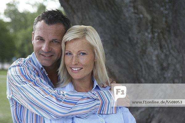 Junges Paar in zärtlicher Umarmung