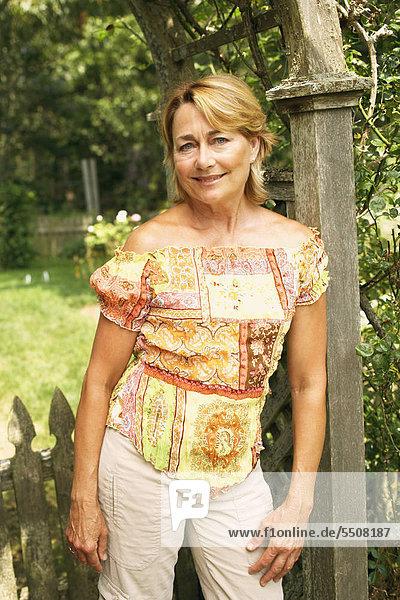 angelehnt Portrait Frau lächeln Säule reifer Erwachsene reife Erwachsene