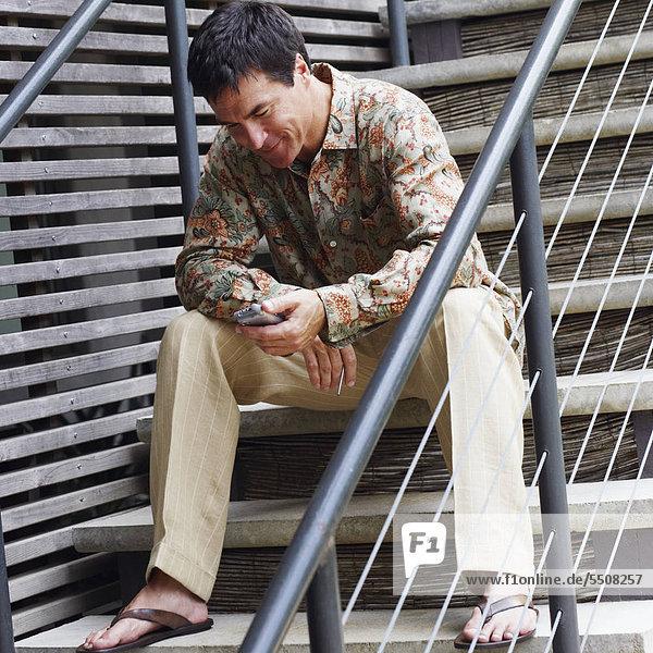 sitzend Mann Assistent daten halten reifer Erwachsene reife Erwachsene Treppenhaus Persönlicher Freiraum