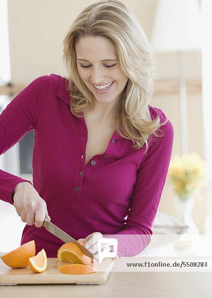 Frau schneiden Küche