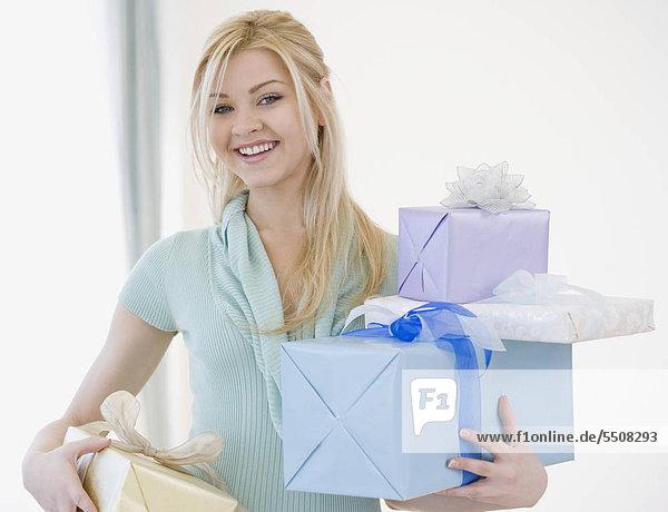 Frau Holding Stack von Geschenken