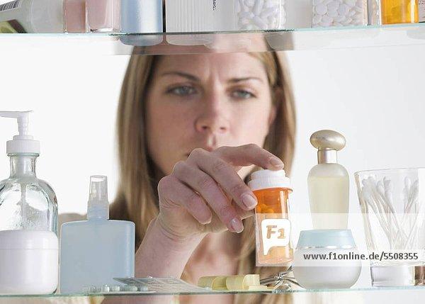 Frau Entfernen von Medizin Kabinett
