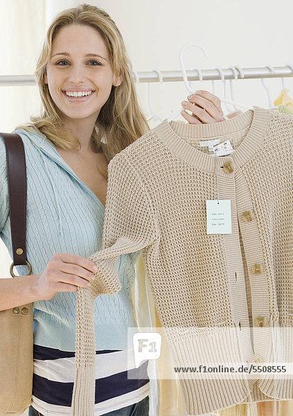 Frau beim Einkauf für Kleidung