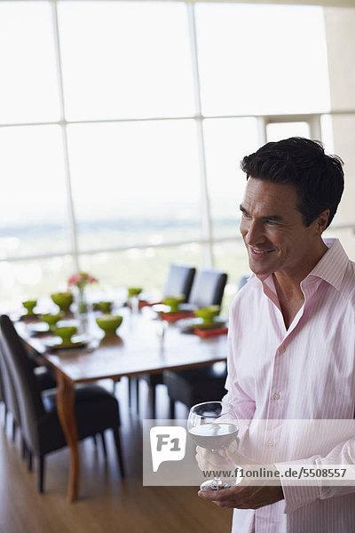 Mann Glas Wein halten reifer Erwachsene reife Erwachsene