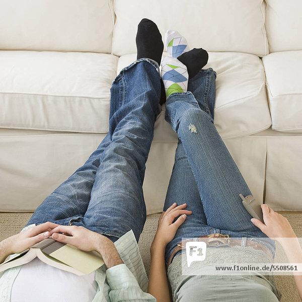 Paar mit Fuß bis auf sofa