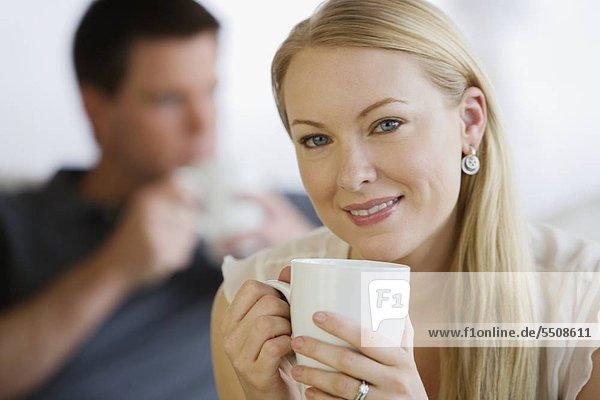Frau Holding Kaffee Becher