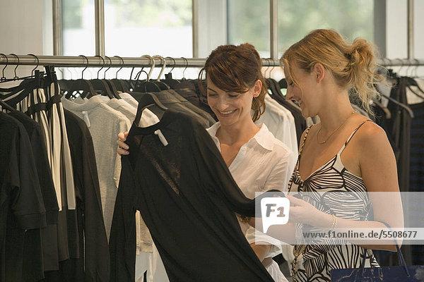 Zwei Frauen in einem Bekleidungsgeschäft