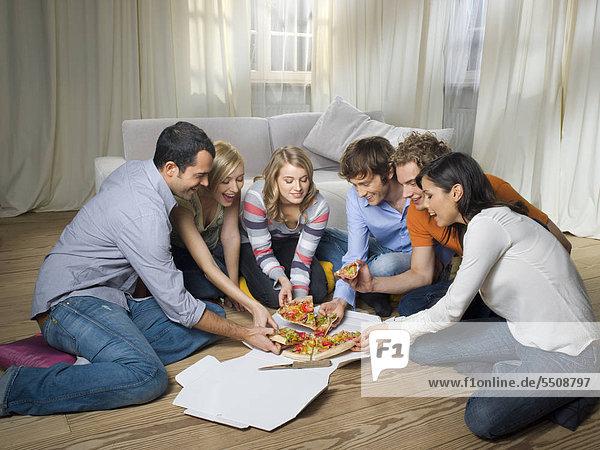 Sechs Freunde teilen sich eine Pizza