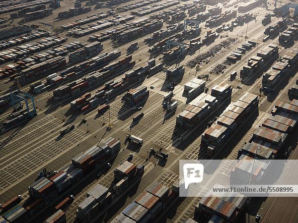 Luftbild von Frachtcontainern in Los Angeles  Kalifornien.