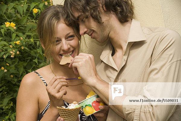 Ein Paar beim Eisessen