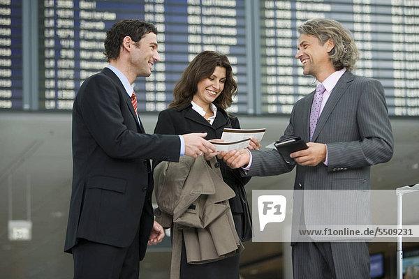 Drei Geschäftsleute am Flughafen