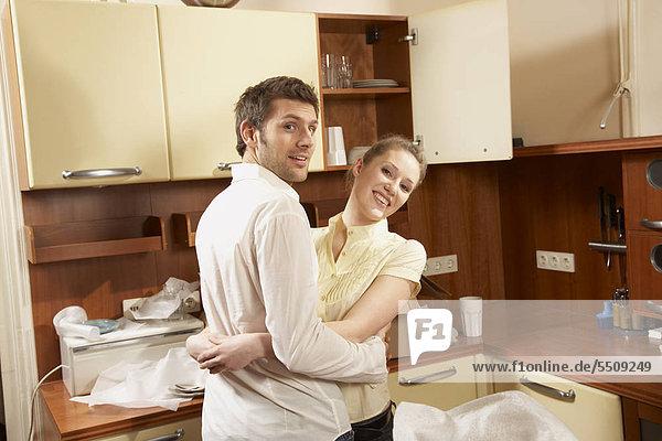 Portrait umarmen Küche jung