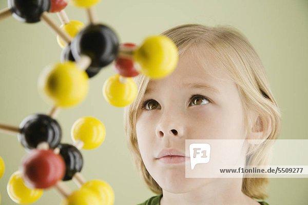 Junge betrachtet molekulare Modell