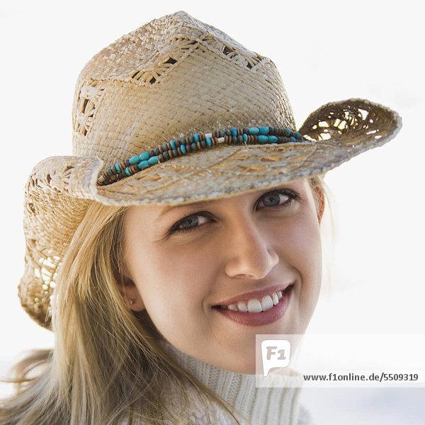 Junge Erwachsene Caucasian Frauen tragen Cowboy-Hut lächelnd auf Betrachter.