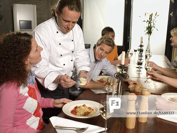 Chefkoch serviert Parmesan