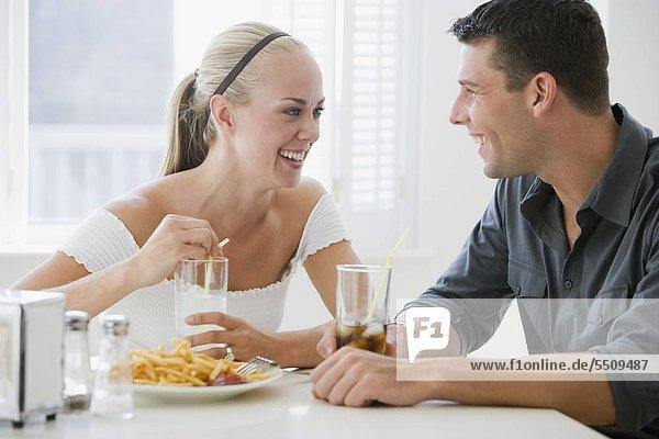 Paar im Diner essen