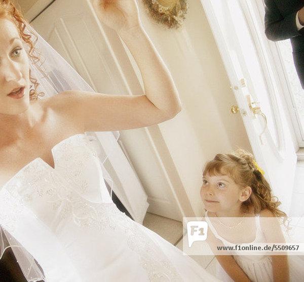 Blumenmädchen bewundert die Braut