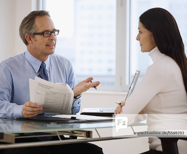 Geschäftsleute diskutieren schreibarbeit