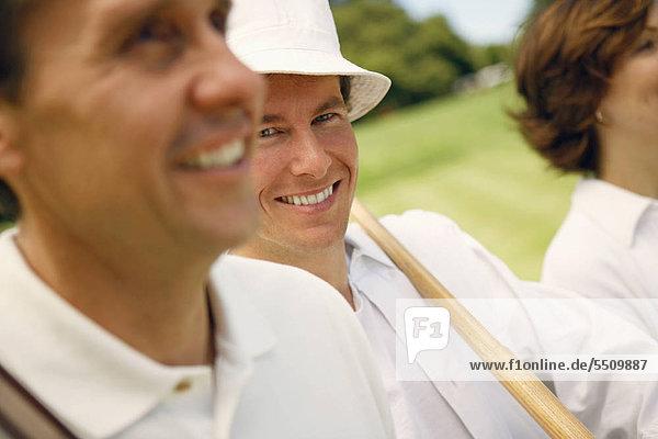 nebeneinander neben Seite an Seite Portrait Mann lächeln reifer Erwachsene reife Erwachsene Mittelpunkt Erwachsener