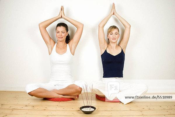 Zwei Frauen machen Yogaübung