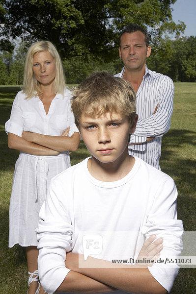 Eltern mit Sohn im Park
