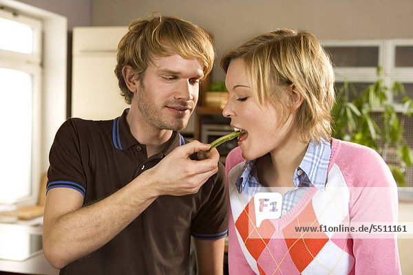 Junges Paar bereitet ein Essen vor